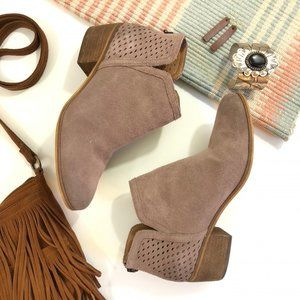 Susina Suede Booties Blakely in Tan